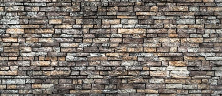 Natursteinplatten gibt es für innen und außen