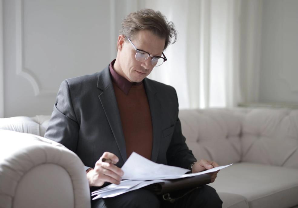 Anwalt mit vielen Papieren