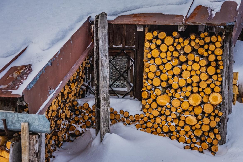 Kaminholz an einer Skihütte Österreich
