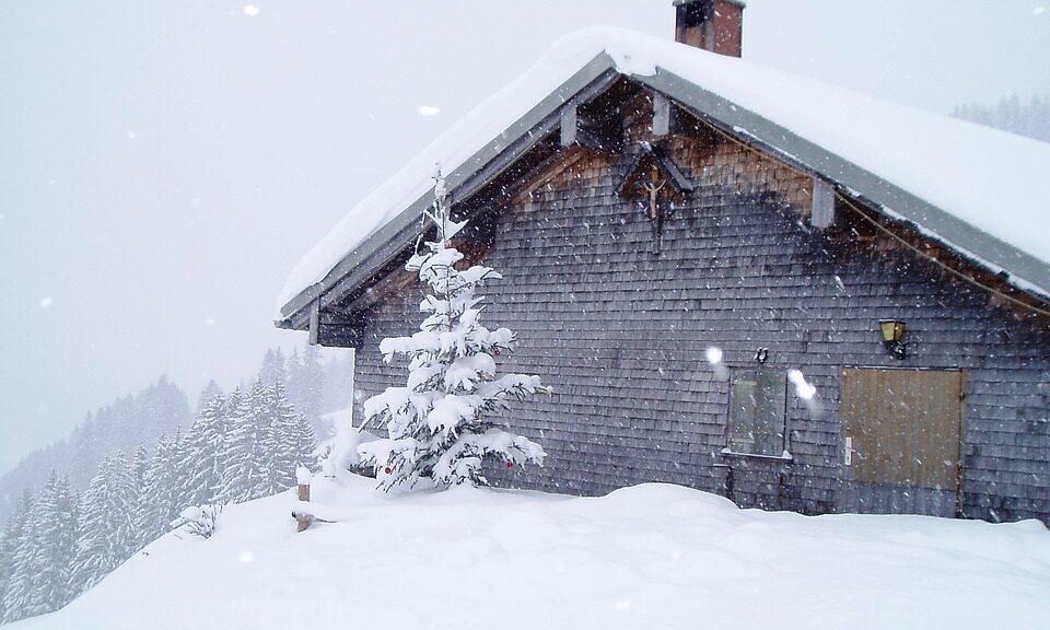 Skihütte Österreich im Winter